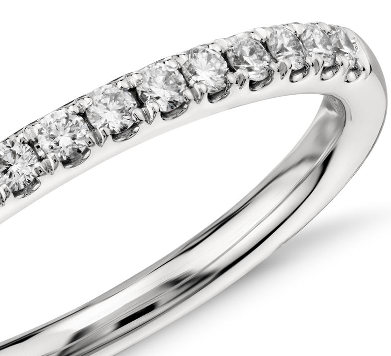 Anillo con pavé de diamantes Riviera en oro blanco de 14 k (1/4 qt. total)