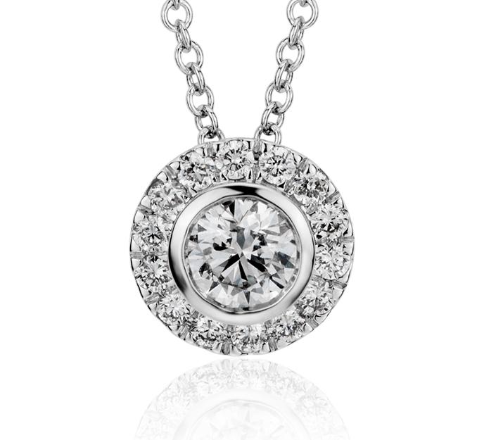 Colgante con halo diamantes redondos engarzados en bisel en oro blanco de 14 k (1/2 qt. total)