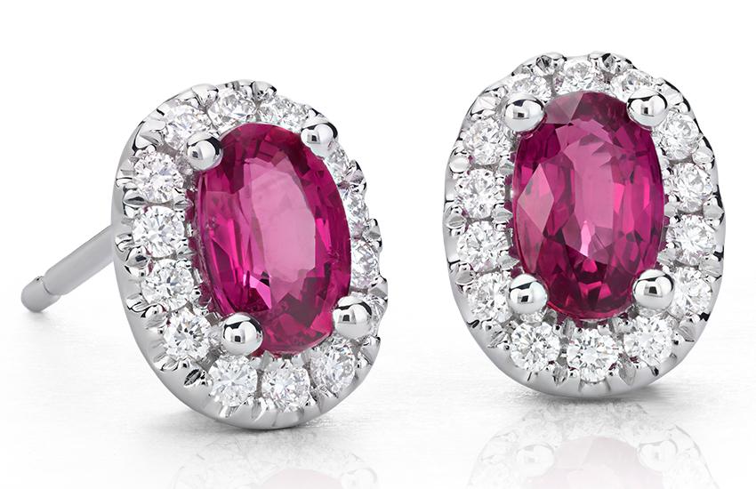 Aretes con pavé de diamantes y rubíes ovalados en oro blanco de 18 k (6x4mm)