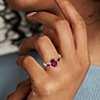 Anillo de tres piedras con diamantes, rubíes y halo en oro rosado de 14k