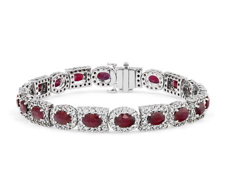 Brazalete de eternidad de rubíes ovalados y halos de diamantes de varias formas en oro blanco de 18 k
