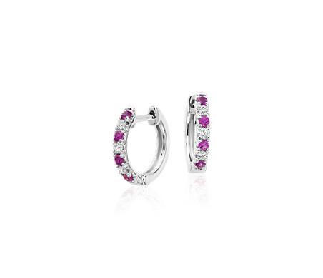 Aretes pequeños tipo argolla con pavé de zafiros rosados y diamantes en oro blanco de 14 k (1.9mm)
