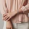 戴在女士手腕上的手鍊的近照圖