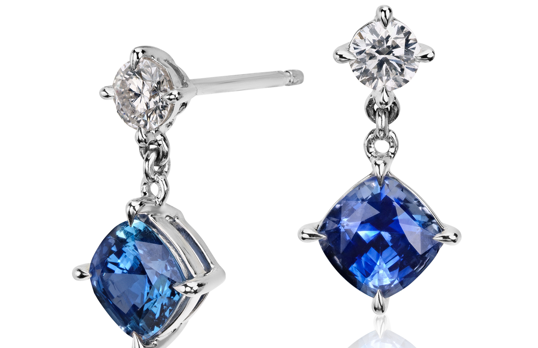Aretes colgantes de diamante y zafiros azules de talla cojín en oro blanco de 14 k (5,5 x 5,5mm)