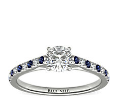Anillo Riviera de compromiso con micropavé de diamantes y zafiros en oro blanco de 14 k (0,10 qt. total)
