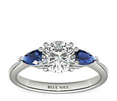 铂金经典梨形蓝宝石订婚戒指