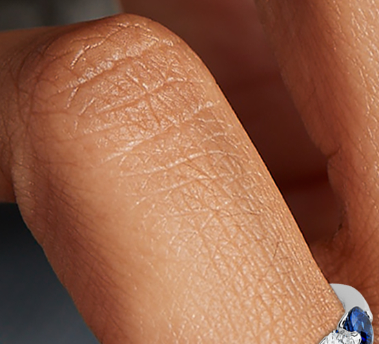 Anillo clásico de diamantes y zafiros montados al aire en platino (3/8 qt. total)