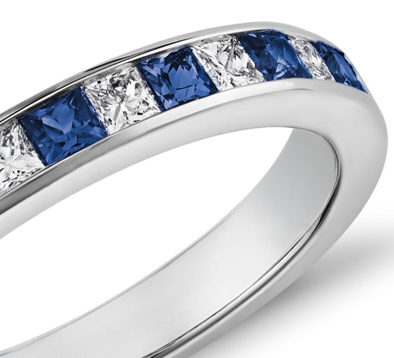 Anillo de diamantes y zafiros de talla princesa con montura de canal en oro blanco de 14 k