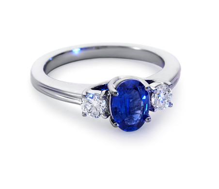 Anillo de diamantes y zafiro en oro blanco de 18 k (7x5mm)