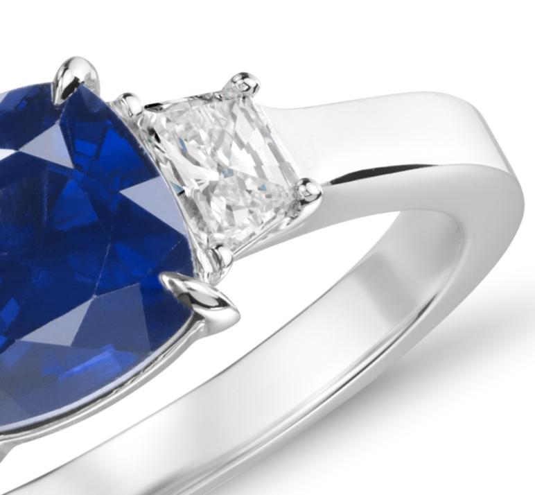 Bague trois pierres halo de diamant et saphir en or blanc 18carats (1.84 ct.)