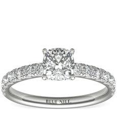 Anillo de compromiso de diamantes de halo festoneado en platino (3/8 qt. total)