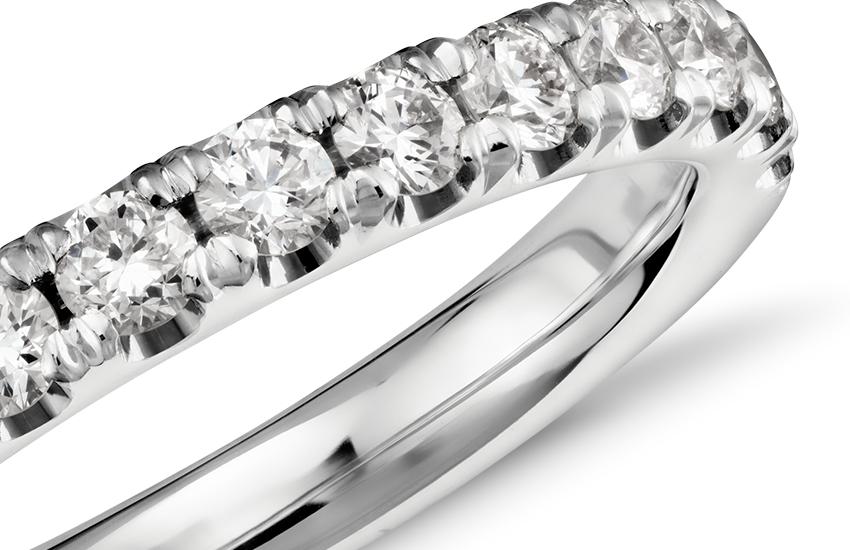 Anillo con pavé de diamantes festoneado en platino (1/2 qt. total)