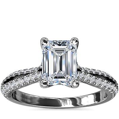 NUEVO. Anillo de compromiso en diamantes de talla esmeralda con cuerpo dividido, en oro blanco de 14 k (1/4 qt. total)