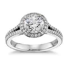 Bague de fiançailles halo de diamants ronds montée sur un cercle fendu en platine
