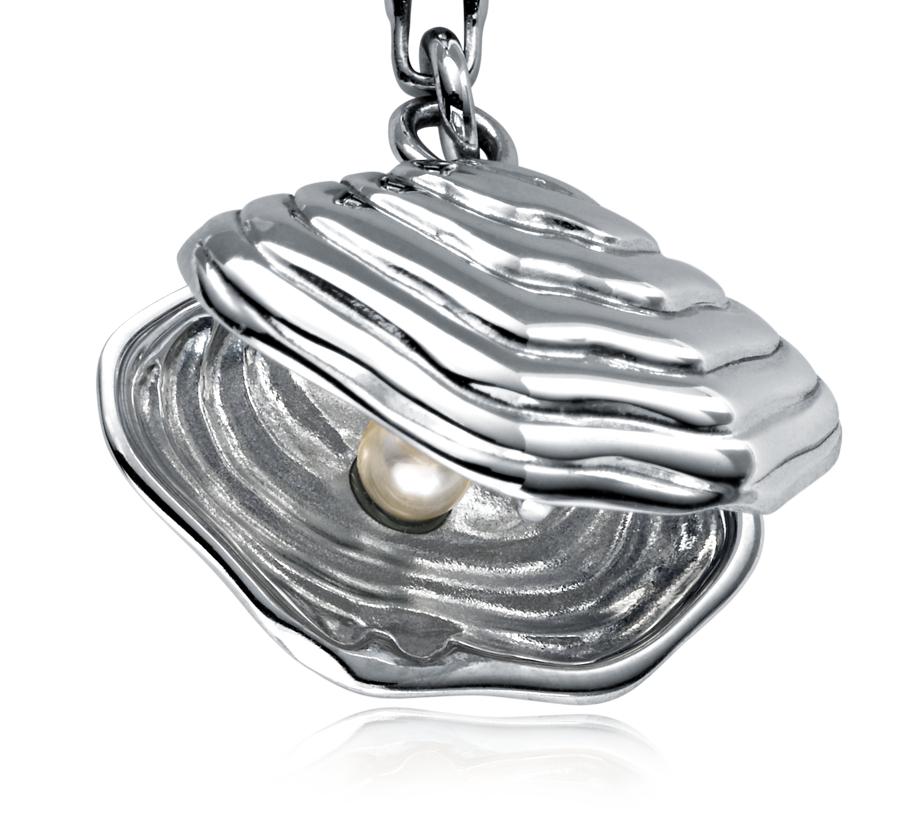 Dije con forma de concha y perla en plata de ley