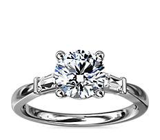 Anillo de compromiso de diamante cónico de talla baguette en oro blanco de 18 k (1/6 qt. total)