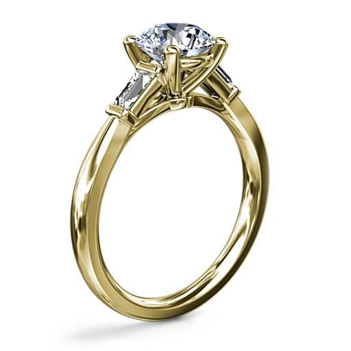新款尖頂長方形鑽石訂婚戒指