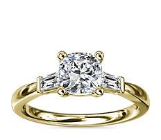 Anillo de compromiso de diamante cónico de talla baguette en oro amarillo de 14k (1/6 qt. total)