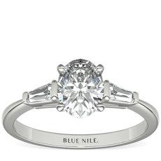 Anillo de compromiso de diamante cónico de talla baguette en platino