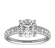 铂金大小渐变杯型爪镶密钉钻石订婚戒指<br>(3/4 克拉总重量)
