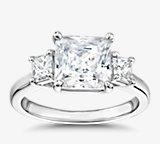 Anillo de compromiso de tres piedras con diamantes de talla princesa The Gallery Collection