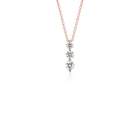 Colgante con tres diamantes en oro rosado de 18k (1/2 qt. total)