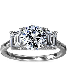 新款铂金三石祖母绿形切割钻石订婚戒指(5/8 克拉总重量)