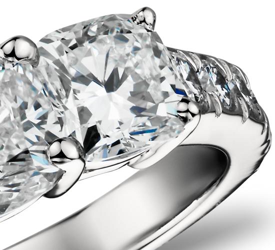 Anillo de tres diamantes de talla cojín en platino (2,5 qt. total)