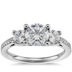 14k 白金圓形鑽三石密釘訂婚戒指(2/3 克拉總重量)