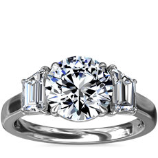 鉑金三石梯形輔石鑽石訂婚戒指(1 克拉總重量)