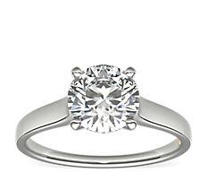 Anillo de compromiso con diamante solitario y engarce tipo catedral ZAC de Zac Posen en platino