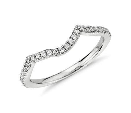 Anillo de diamantes curvo con diseño retorcido en oro blanco de 14 k (1/6 qt. total)