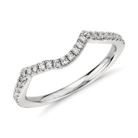 Anillo de diamantes curvo con diseño retorcido en platino (1/6 qt. total)