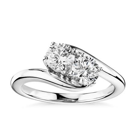 Anillo con solitario de dos diamantes en oro blanco de 14 k (1 qt. total)