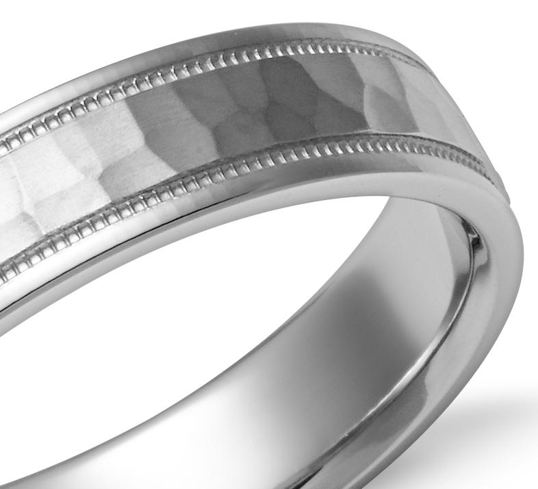Alianza con acabado martillado y diseño milgrain de ajuste cómodo en oro blanco de 14 k (5mm)