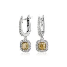 18k 白金和金黄色枕形切割钻石光环耳钉<br>(1 3/4 克拉总重量)