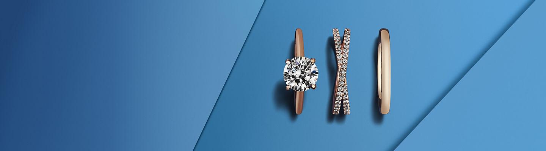 Anillos de compromiso de dos diamantes y una alianza de metal