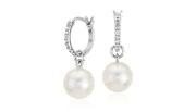 Boucles d'oreilles en perles de culture des mers du Sud avec diamants ronds encadrés en or blanc 18carats.