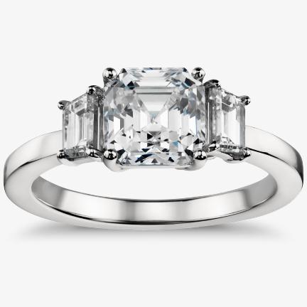 钻石辅石订婚戒指