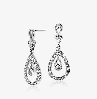 18k 白金钻石吊坠和泪滴式耳环。