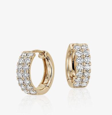 以14k 金镶嵌两排钻石的小巧圈形耳环。