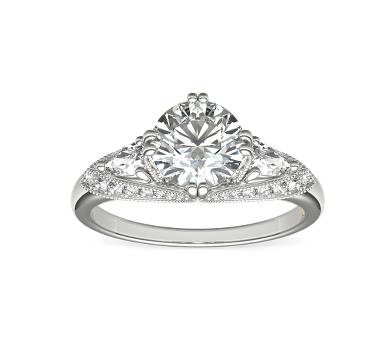 anillo de compromiso de oro blanco con diamante redondo rodeado por pequeños diamantes secundarios