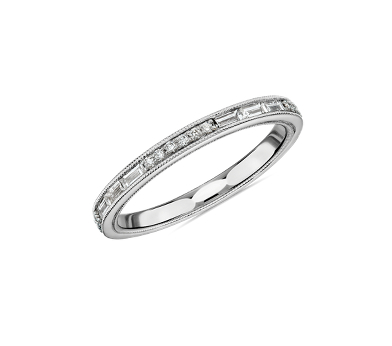 鑲嵌相間排列小型圓形與長方形鑽石的白金結婚戒指。
