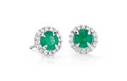 由一圈璀璨圓鑽光環圍繞的 18k 白金綠寶石耳環。