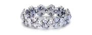 铂金花环钻石永恒戒指。