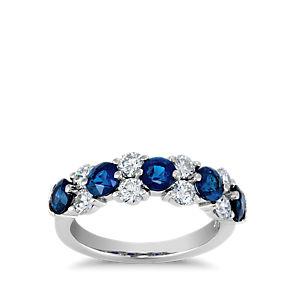 花环铂金戒指,5 颗圆形蓝宝石与 4 对圆形钻石交错排列。