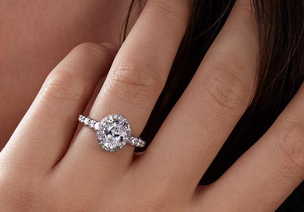 戴在一名女士手上的 Bella Vaughan 訂婚戒指。