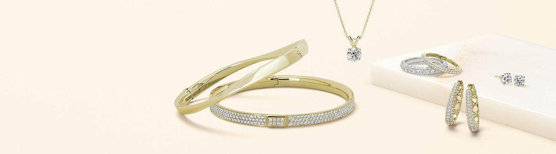 Cuatro pares de aretes con gemas y diamantes y anillos modernos