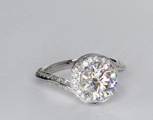 Anillo de compromiso estilo pavé de diamantes de halo de 1.84 quilates