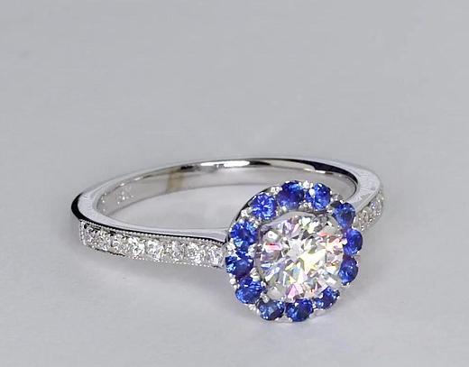 Anillo de compromiso de diamantes y zafiros de halo de 0.63 quilates